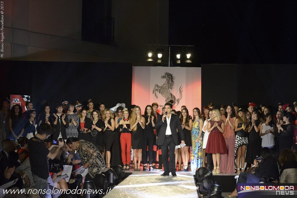 Foto d'insieme della serata con stilisti e modelle sul palco.