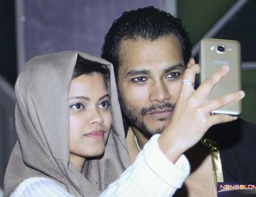 Festival dell'Oriente Sunny Singh con una sua fan