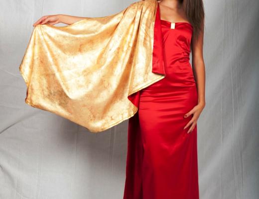 Un abito con mantella trattato con oro zecchino, creato e lavorato interamente a mano dalla stilista Rosita Simone.